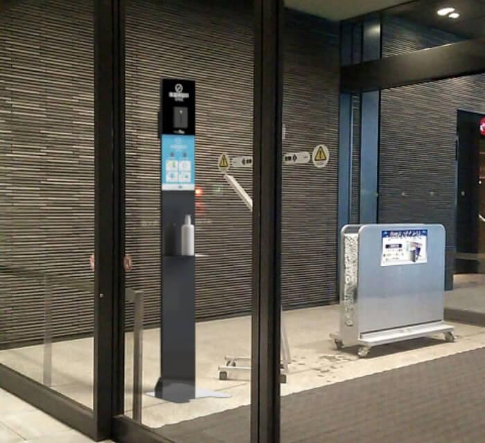 飛沫対策商品のご利用シーン:オフィスの出入り口に。