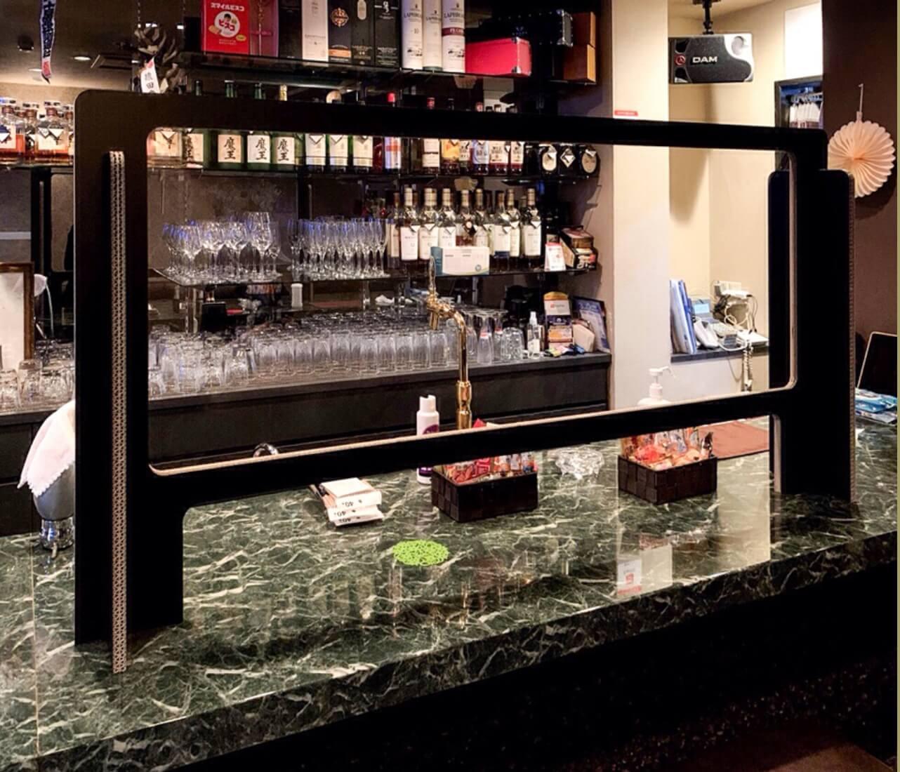 ラウンジ・バーなど、接客を伴う飲食店向けの防水仕様パーテーションです。